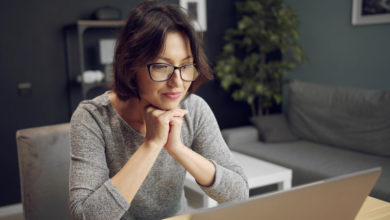 How we get divorced: A dark-haired woman is sitting in front of a computer screen